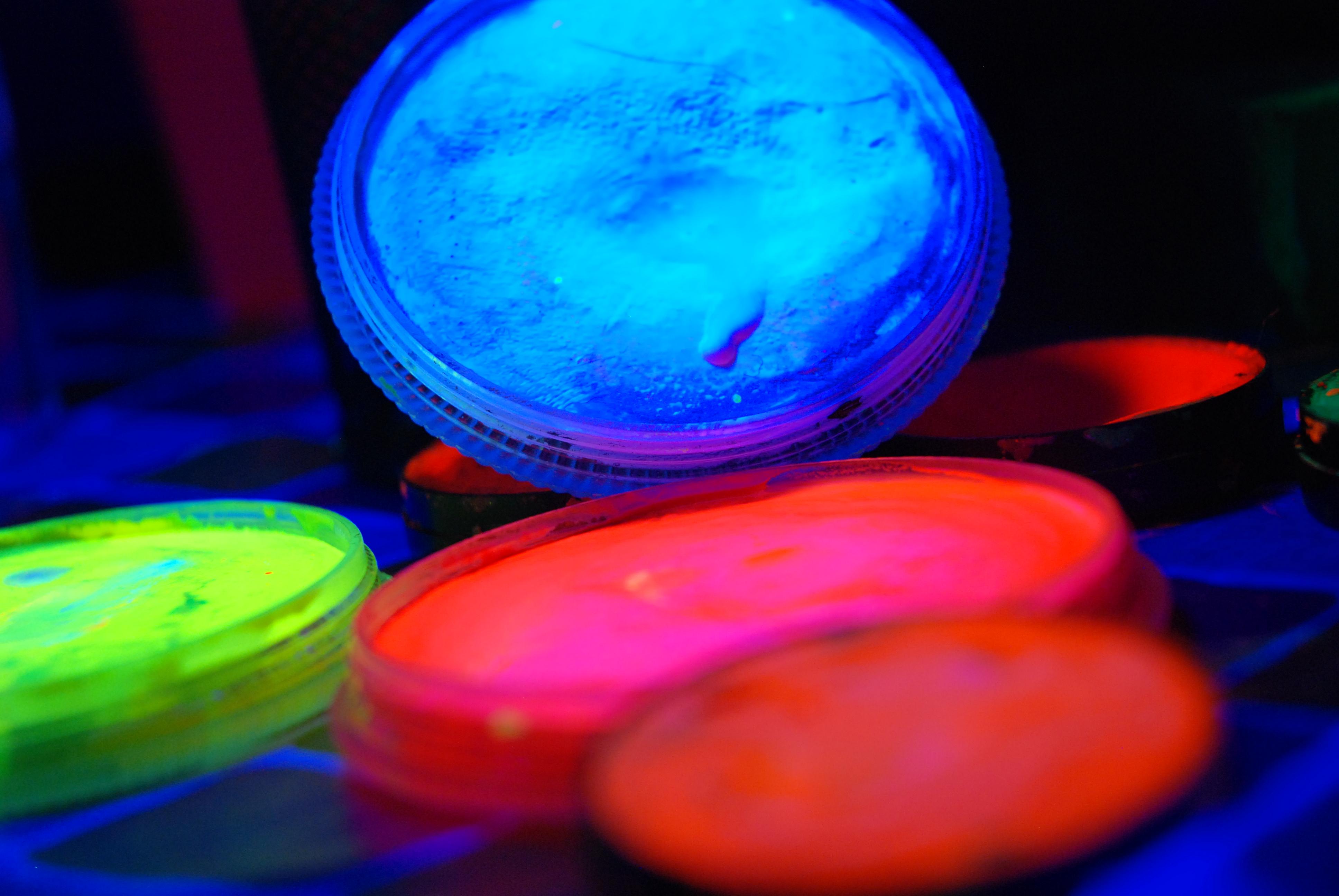 Disco dance per bambini con colori fluorescenti discoteca for Colori fluo